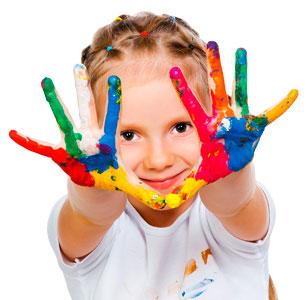 niña-con-pintara-manos
